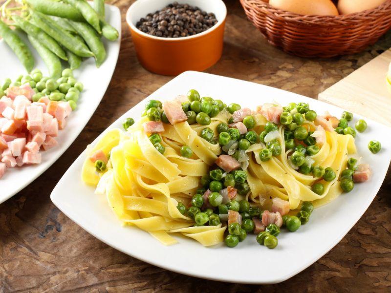 Спагетти с беконом, зеленым горошком и грецкими орехами