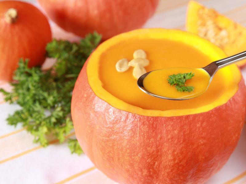Суп из тыквы и моркови с беконом и орехами